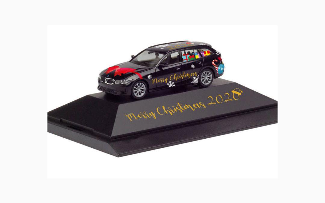 """Neuheit bei Herpa: BMW 3er Touring """"Herpa Weihnachts-PKW 2020"""", Maßstab 1:87"""